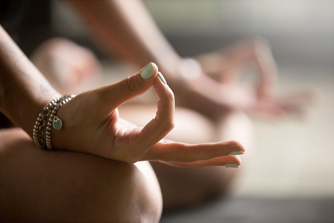 Mão em posição de meditação com dedos unidos
