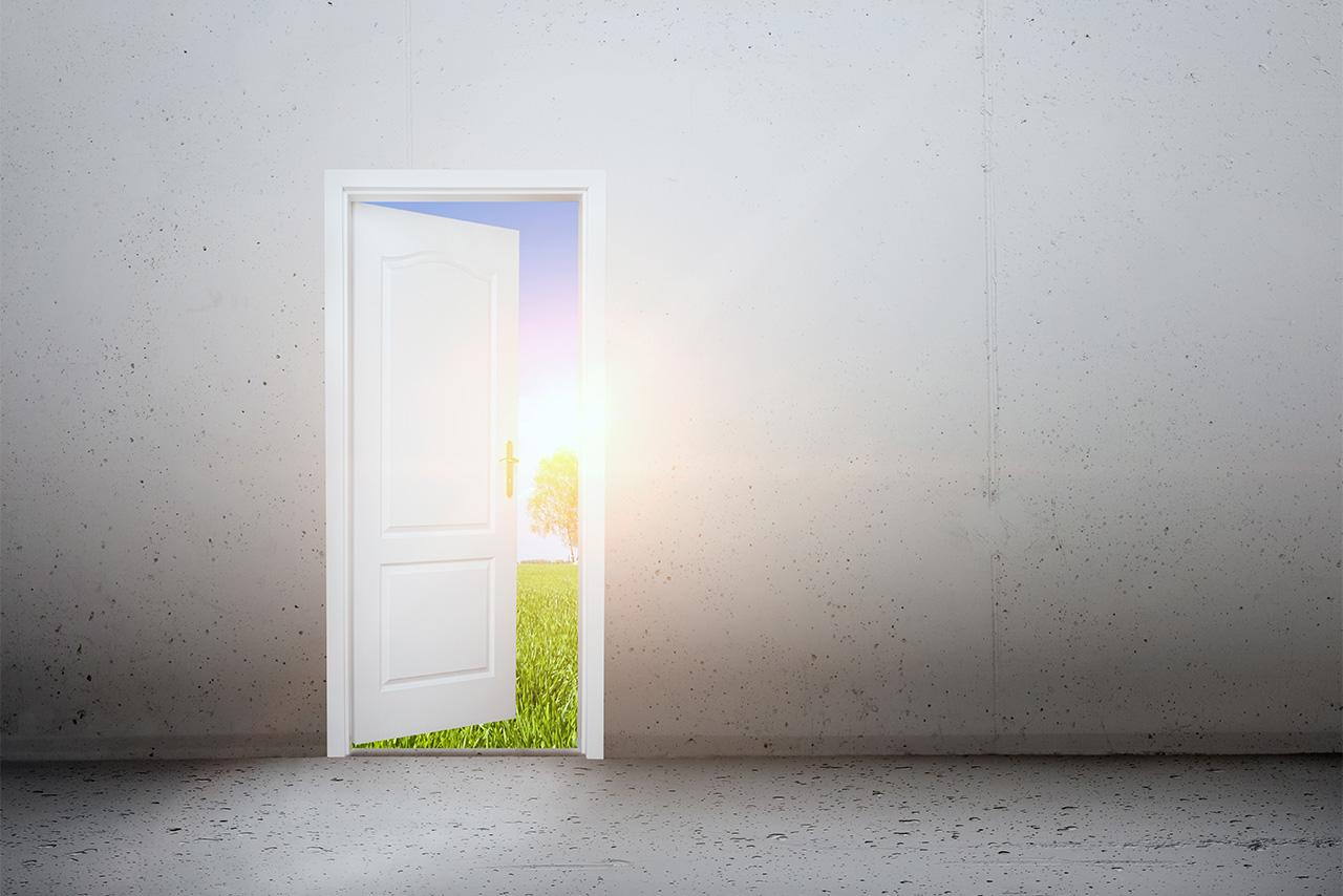 Oportunidade de começar uma nova vida simbolizada por porta aberta