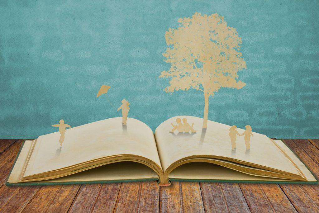 Livro aberto com silhuetas de crianças brincando sobre as páginas