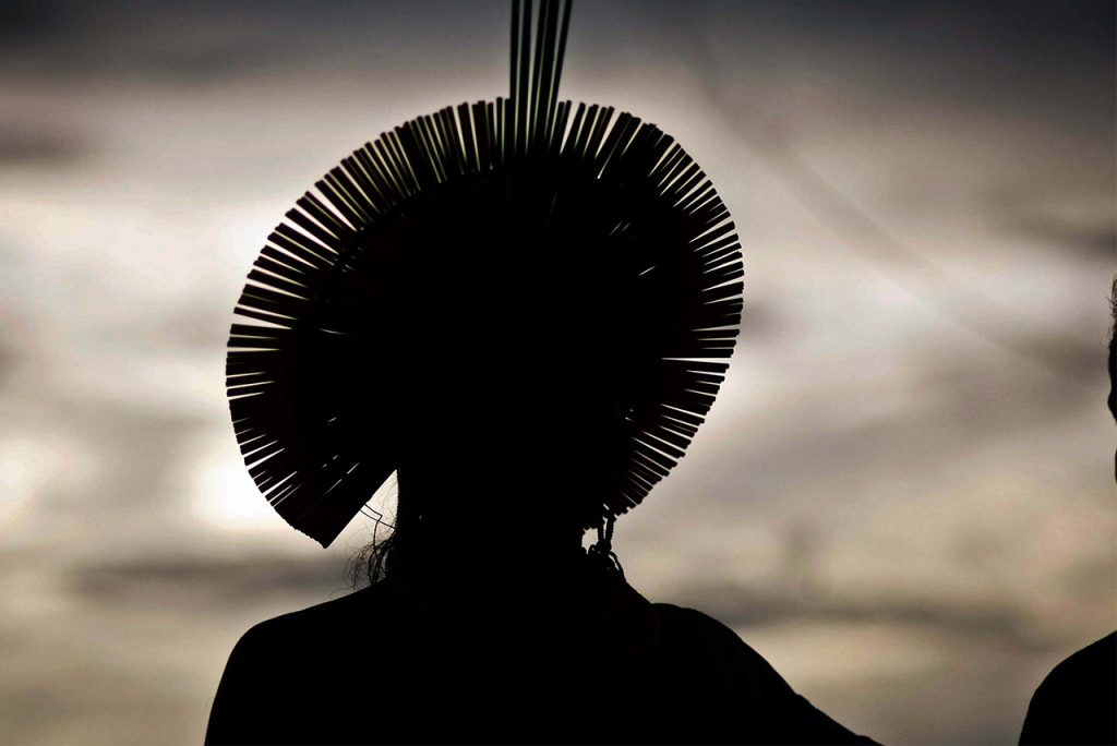Foto em contraluz de indígena no Xingu (MT)