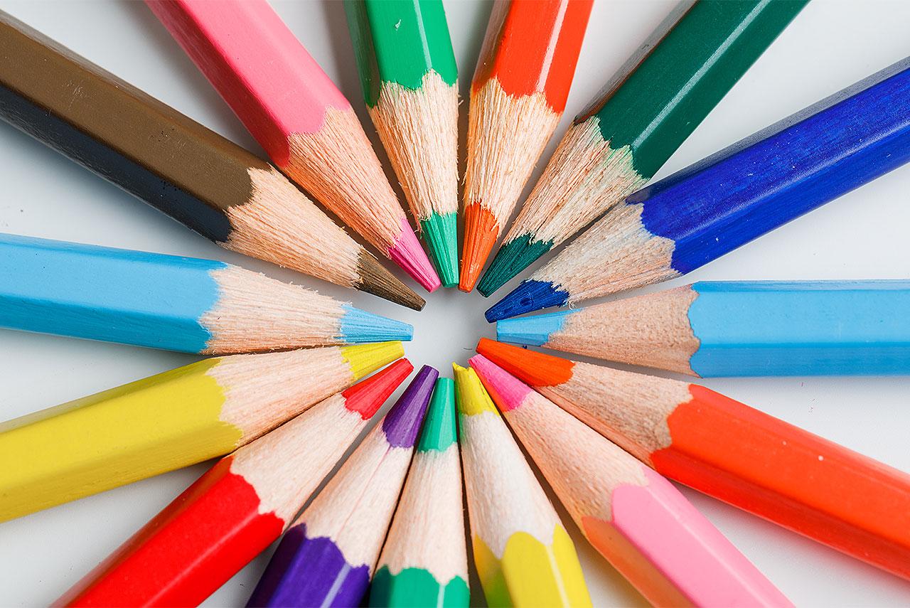 Lapis coloridos formando um círculo