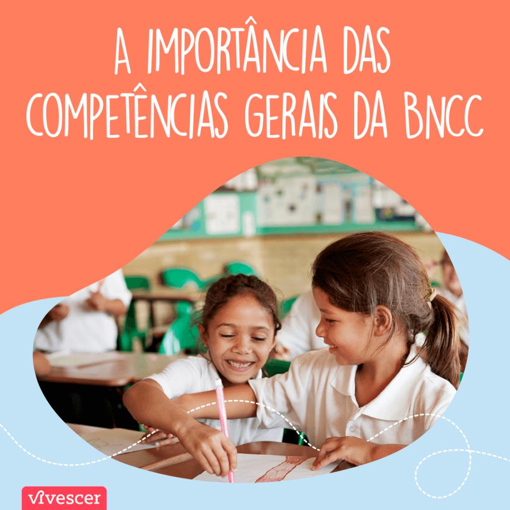 Duas meninas de uniforme rindo juntas na escola. Texto: A importância das competências gerais da BNCC